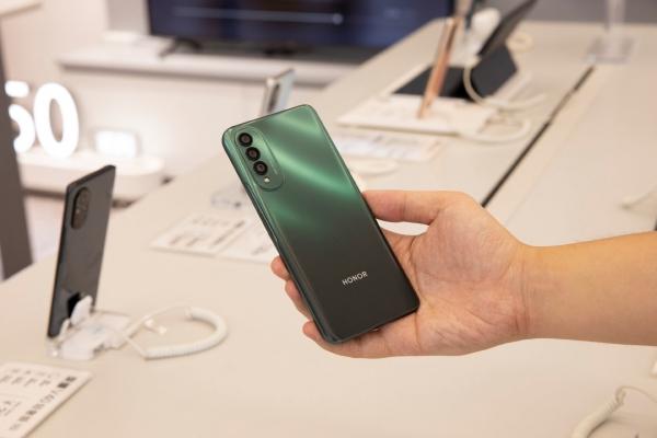 Живые фото Honor X20 SE с прилавка магазина